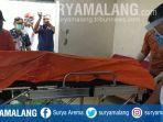 proses-evakuasi-jenazah-bianto-55-di-rumahnya-di-kelurahan-sukorejo-lamongan.jpg