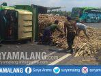 proses-evakuasi-kecelakaan-truk-dan-bus-sugeng-rahayu-di-jalan-bypass-puri-mojokerto_20180917_161057.jpg