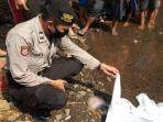 proses-evakuasi-mayat-bayi-laki-laki-di-pinggir-sungai-metro-jalan-jupri-kota-malang.jpg