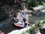 proses-evakuasi-mobil-terjebur-ke-sungai-di-sidoarjo.jpg