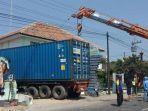 proses-evakuasi-truk-kontainer-yang-masuk-ke-halaman-puskesmas-mojosongo-di-boyolali.jpg
