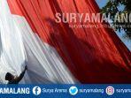 prosesi-pengibaran-bendera-merah-putih-raksasa-dari-halaman-depan-masjid-al-akbar-surabaya_20180817_144045.jpg