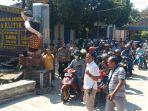 puluhan-warga-berangkat-unjuk-rasa-dari-kantor-desa-klitik-ngawi.jpg