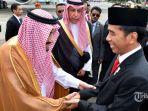 raja-arab-saudi-salman-bin-abdulaziz-al-saud-kiri-bersalaman-dengan-presiden-joko-widodo_20170301_212713.jpg