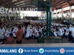 ratusan-siswa-smpn-12-kota-malang-sedang-menunggu-sesi-kedua-unbk-di-smkn-4_20180423_104652.jpg