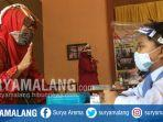 relawan-guru-di-sekolah-non-formal-kampung-karangbesuki-sedang-mengajar-murid-sd.jpg