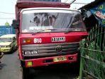 rem-blong-truk-kontainer-menabrak-halaman-rumah-warga-di-jalan-kalianak-surabaya.jpg