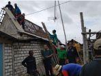rumah-rusak-usai-diterjang-angin-puting-beliung-di-kecamatan-dukun-kabupaten-gresik.jpg