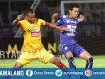 saiful-indra-cahya-bek-arema-fc-berebut-bola-dengan-hilton-moriera-striker-sriwijaya-fc_20170708_085835.jpg