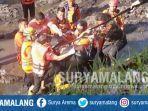 sar-mengevakuasi-jenazah-samsul-arifin-22-di-dam-blobo-kecamatan-kepanjen-kabupaten-malang.jpg