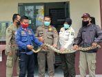 satpol-pp-menangkap-ular-sanca-sepanjang-180-cm-di-toko-jilbab-jalan-semeru-kota-blitar.jpg