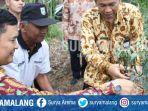 sekda-kabupaten-malang-didik-budi-muljono-memanen-cabai-di-donomulyo_20181018_184819.jpg