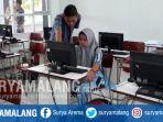seorang-pendaftar-memanfaatkan-komputer-di-smkn-2-kota-malang-untuk-pendaftaran_20170703_190223.jpg