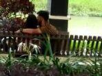 sepasang-kekasih-berciuman-di-taman-pinggir-kali-pinka-kelurahan-kutoanyar-tulungagung.jpg