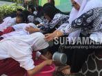 siswa-sdn-bendogerit-1-kota-blitar-membasuh-kaki-para-gurunya-dalam-peringatan-hari-guru-nasional.jpg