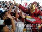 siswa-sdn-gentong-menyambut-wali-kota-pasuruan-raharto-teno-prasetyo-dandan-iron-man.jpg
