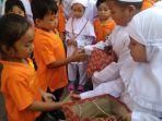 siswa-tk-santo-bernadus-beri-bingkisan-peci-jilbab-dan-tasbih-kepada-siswa-tk-aba-kota-madiun.jpg