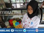 siswi-menunjukan-kue-kering-pesanan-konsumen-di-vanda-pastry-smkn-3-kota-malang_20170607_181658.jpg