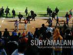 situasi-tegang-usai-laga-arema-fc-vs-borneo-fc-di-stadion-kanjuruhan-kabupaten-malang.jpg