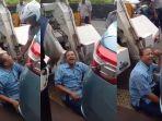 sopir-taksi-menangis-karena-mobilnya-akan-diderek_20171108_083523.jpg
