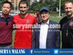 srdan-lopicic-bersama-dengan-agen-serta-manajemen-dan-pelatih-klub-south-china-aa_20161120_195333.jpg
