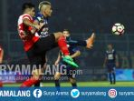 striker-arema-fc-cristian-gonzales-berebut-bola-dengan-bek-madura-united-fabiano-beltrame_20170514_210837.jpg