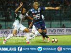 striker-arema-fc-cristian-gonzales-dan-ps-tni-safri-al-irfandi-di-stadion-kanjuruhan-malang_20171014_194357.jpg