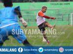 striker-arema-fc-cristian-gonzales-menendang-bola-dalam-latihan-di-stadion-gajayana-malang_20170905_214052.jpg