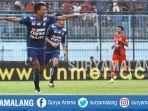 striker-arema-fc-dedik-setiawan-merayakan-gol-ke-gawang-persiba-di-stadion-kanjuruhan_20170818_184820.jpg