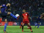 striker-arema-fc-sylvano-comvalius-berebut-bola-dengan-bek-borneo-fc-abdul-rachman.jpg