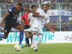 striker-arema-fc-sylvano-comvalius-berebut-bola-dengan-bek-persebaya-surabaya-andri-m.jpg