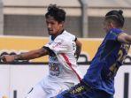 striker-bali-united-irfan-bachdim-berhadapan-dengan-gelandang-persib-bandung-kim-kurniawan_20180104_131801.jpg