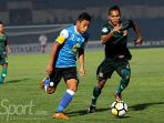 striker-barito-putera-samsul-arif-kiri-dalam-laga-kontra-ps-tira-di-stadion-sultan-agung-bantul_20180707_131303.jpg