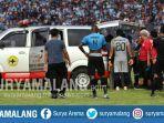 striker-madura-united-elaksandar-rakic-diangkut-ambulans-usai-benturan-di-laga-vs-persela.jpg