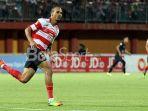 striker-madura-united-peter-odemwingie_20171013_111710.jpg