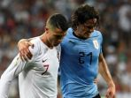 striker-uruguay-edinson-cavani-dipapah-keluar-lapangan-oleh-kapten-portugal-cristiano-ronaldo_20180704_152503.jpg
