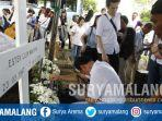 suami-ester-johanes-boedihardjo-menangis-saat-prosesi-pemakaman-di-keputih-surabaya.jpg