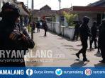 suasana-penggerebekan-teroris-di-singosari-kabupaten-malang-senin-1992017_20170619_214955.jpg