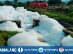 sungai-di-kecamatan-pandaan-kabupaten-pasuruan-tercemar-busa-menyerupai-salju.jpg
