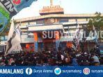 suporter-persela-lamongan-mengepung-pintu-utama-stadion-surajaya-lamongan-rabu-20112019.jpg