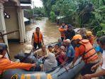 tim-sar-gabungan-evakuasi-warga-dari-banjir-di-madiun.jpg