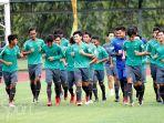 timnas-u-19-indonesia-pemanasan-di-lapangan-universitas-negeri-yogyakarta_20180613_143738.jpg