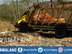truk-pengangkut-ayam-terguling-di-tulungagung_20181004_102504.jpg
