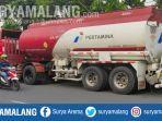 truk-tangki-pt-pertamina-persero-terparkir-di-samping-terminal-bbm-di-jalan-halmahera-kota-malang.jpg