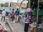 truk-trailer-menabrak-rumah-dan-dua-becak-di-jalan-raya-sugihwaras-kecamatan-jenu-tuban.jpg
