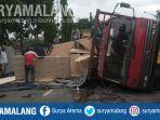 truk-tronton-terguling-di-jalan-raya-lamongan-tepatnya-di-desa-rejosari-kecamatan-deket.jpg