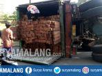 truk-yang-terguling-di-jalan-nasional-di-pakusari-jember_20180823_130946.jpg