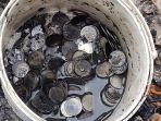 uang-koin-pecahan-seribuan-yang-berhasil-dikumpulkan-anes-dan-kondisi-sudah-hitam-hangus-terbakar.jpg