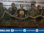 ular-sanca-kembang-3-meter-di-kelurahan-kaliombo-kota-kediri_20181030_232050.jpg