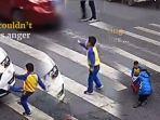video-bocah-laki-laki-tendang-mobil-mewah-setelah-ibunya-ditabrak-terpental-marah-memaki-sopir.jpg